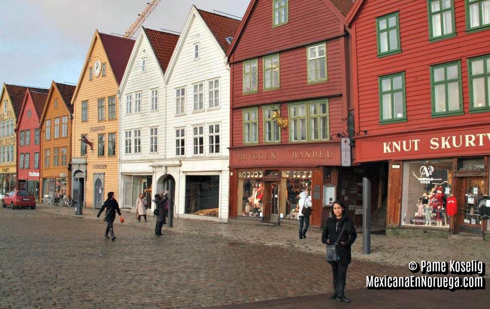 En frente de  Bryggen , la serie de edificios Hanseáticos que forman parte de la UNESCO y que se encuentran en la ciudad de Bergen, Noruega.