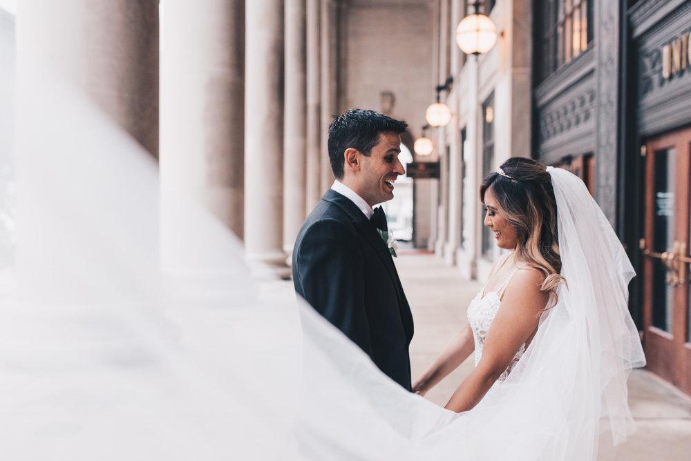 Chicago Bride and Groom Photos, Chicago Wedding, Chicago Wedding Photographer, Chicago Elopement Photographer, Chicago Bride and Groom Photos, Union Station, Union Station Wedding Photos