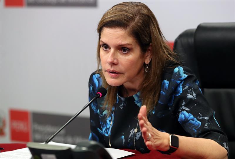 La primera ministra de Perú llora al recibir los padres de una niña violada y asesinada .jpg