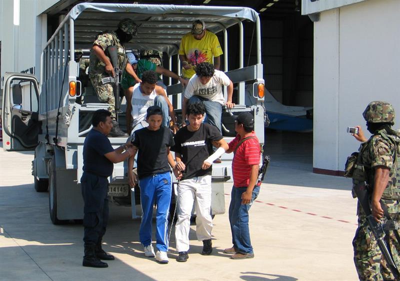 Detienen a 125 migrantes escondidos en camiones y casa de seguridad en México .jpg