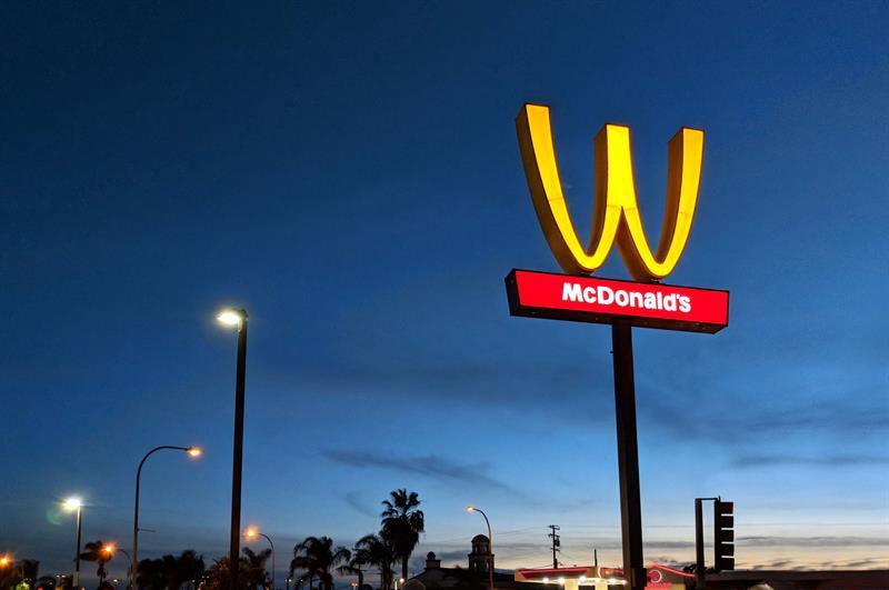 McDonald's voltea su famoso logotipo por un día para celebrar a las mujeres .jpg