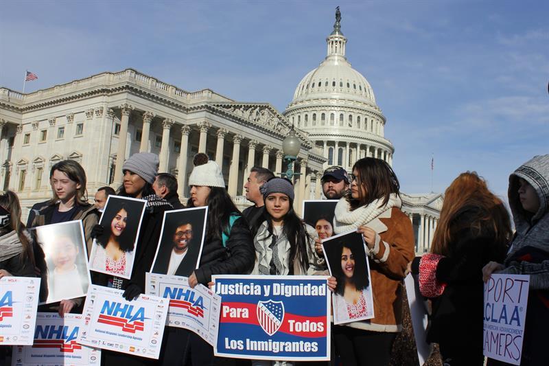 Acusan al Gobierno de EE.UU. de separar a familias inmigrantes que piden asilo .jpg