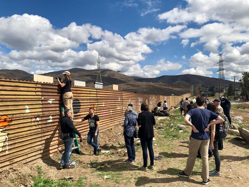 Turistas llegan a la frontera para ver los prototipos del muro de Trump .jpg