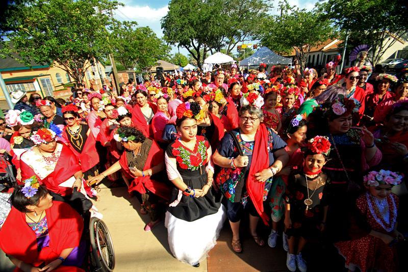 Unas 300 personas en EE.UU. vestidas como Frida Kahlo buscan un récord mundial .jpg