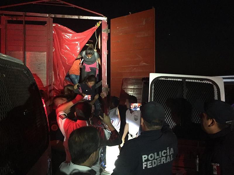 México intercepta dos vehículos con 191 migrantes en condiciones infrahumanas .jpg