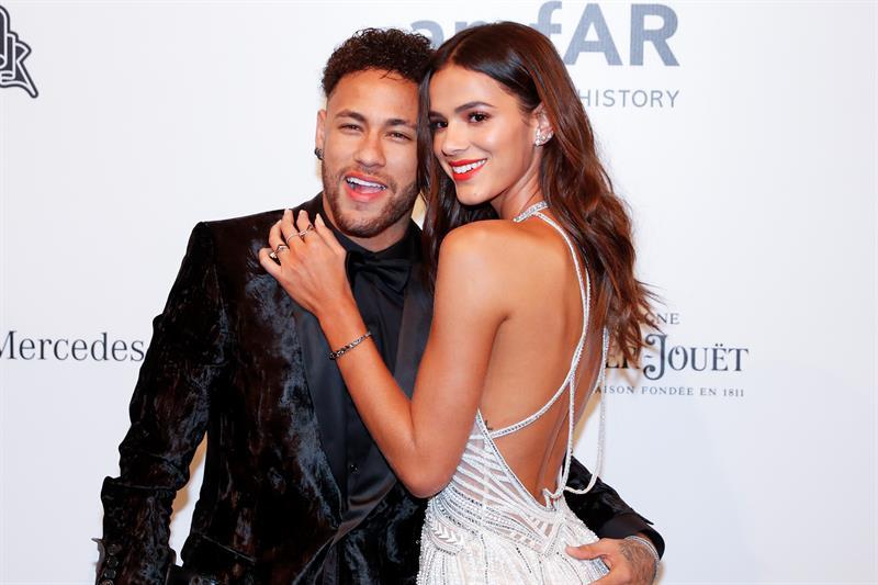 La novia de Neymar recibe decenas de cromos de él que %22cambia por cualquiera%22 .jpg