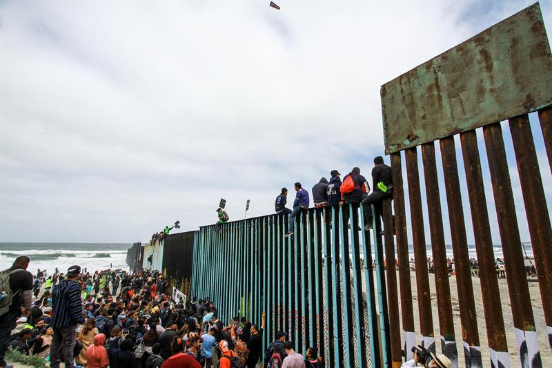 Cientos de migrantes llegan a la garita internacional a pedir asilo en EE.UU. .jpg
