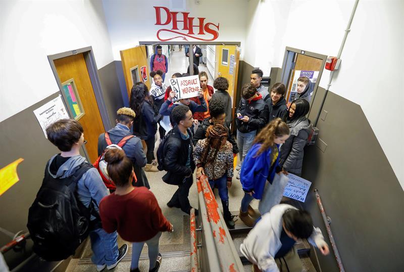 Estudiantes escolares de EE.UU. marchan en defensa del derecho a portar armas .jpg
