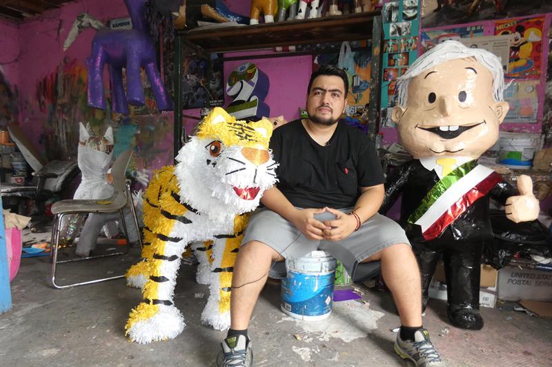 López Obrador, favorito en elecciones mexicanas y también en una piñatería .jpg
