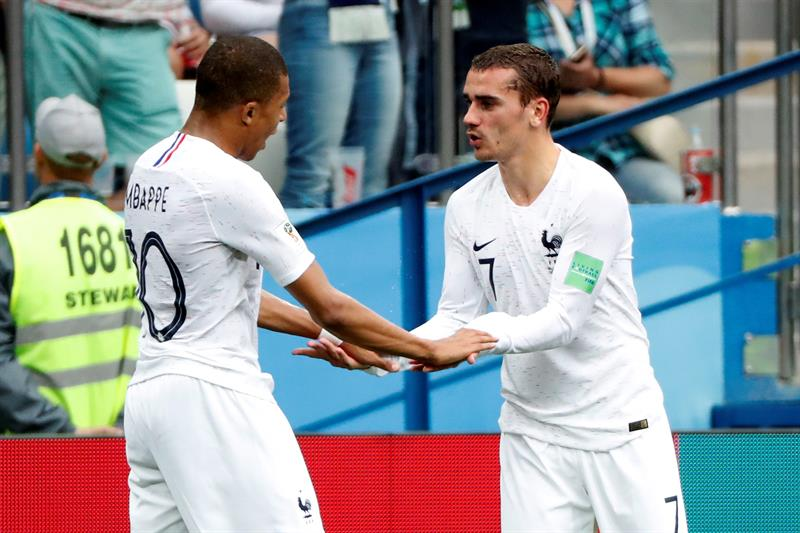 francés Kylian Mbappé (i) celebra el 0-1 con el delantero francés Antoine Griezmann d.jpg