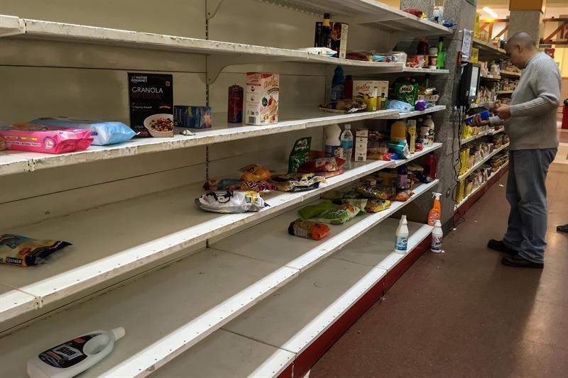 Estantes vacíos y el cierre de Pirelli marcan los siete días tras las medidas de Maduro Personas buscan productos en un supermercado en Caracas (Venezuela). Tras casi una semana de que el Gobierno del presidente venezolano, Nicolás Maduro, fijara los precios de al menos 25 alimentos de la cesta básica, se observa la desaparición casi total de estos productos en los abastos y supermercados de todo el país.
