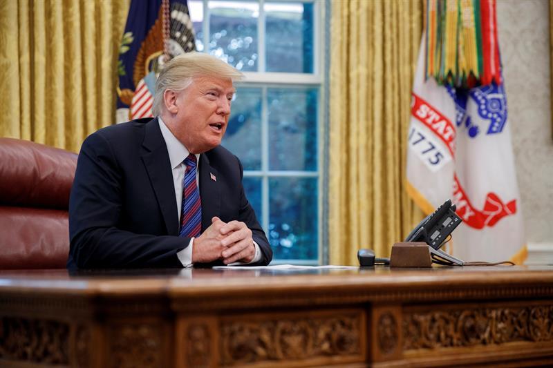 El presidente estadounidense, Donald J. Trump, fue registrado este lunes, en el Despacho Oval de la Casa Blanca, en Washington (EE.UU.).