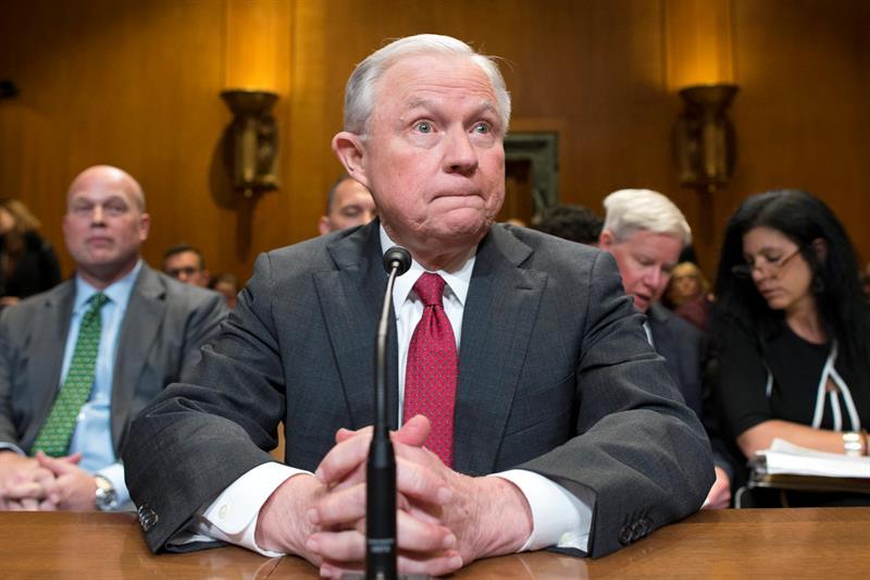 El fiscal general de EE.UU., Jeff Sessions, aseguró en un comunicado que perseguiría la producción de estas armas en el país por ser ilegales.