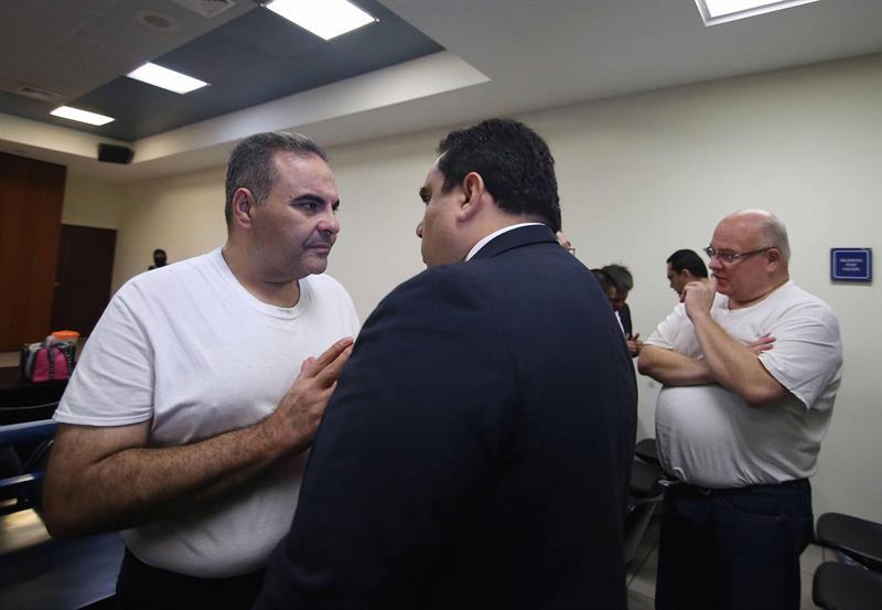 La defensa del expresidente de El Salvador Elías Antonio Saca (2004-2009) pidió hoy 28 de agosto de 2018, a una corte penal que el exmandatario solo devuelva 15,5 millones de dólares de los más de 300 millones que la Fiscalía lo acusa de haber malversado.