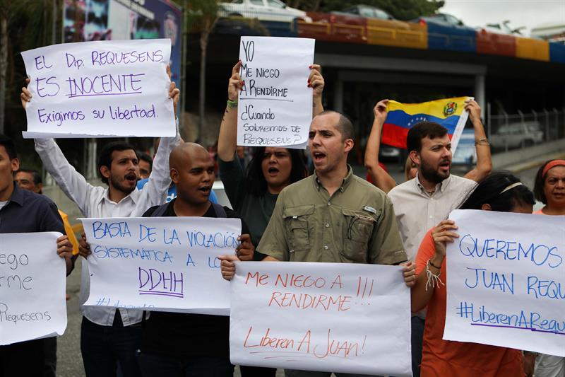 Manifestantes gritan consignas a favor del diputado Juan Requesens frente a la sede del Servicio Bolivariano de Inteligencia (Sebin), donde se encuentra recluido hoy, jueves 30 de agosto de 2018, en Caracas (Venezuela).