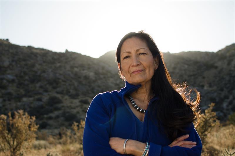 otografía cedida por la campaña de la demócrata de Nuevo México Debra Haaland, que podría convertirse en la primera nativa americana en la Cámara de Representantes federal