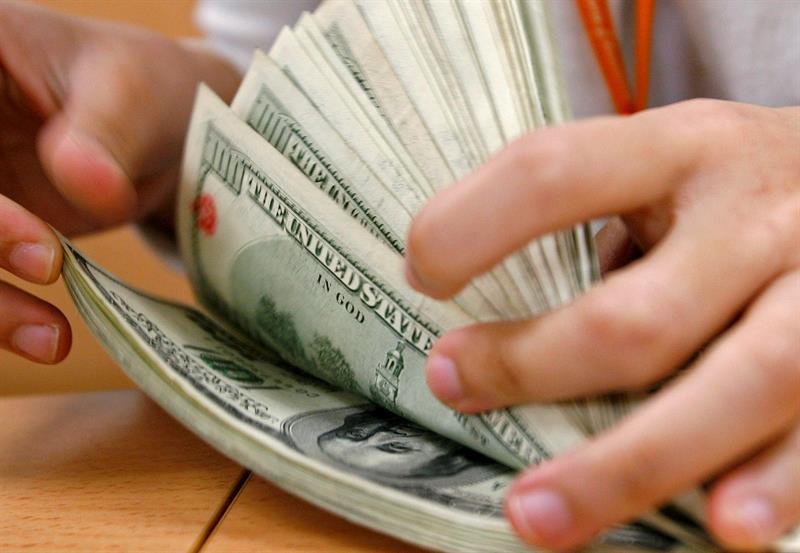El incremento se reflejó principalmente en la subida de 242,9 millones de dólares en la deuda interna y de 98,7 millones de dólares en deuda externa.