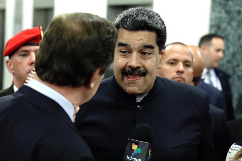 El presidente de Venezuela, Nicolás Maduro (c), habla con los medios en el marco de la 73° sesión de la Asamblea General de la Organización de las Naciones Unidas en la sede del organismo en Nueva York, Nueva York