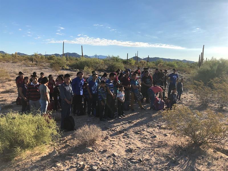 Fotografía cedida por la Patrulla Fronteriza donde se muestra a un grupo de inmigrantes de los 1200, la mayoría centroamericanos, que fueron arrestados en los últimos tres meses mientras viajaban como parte de numerosos grupos de indocumentados.