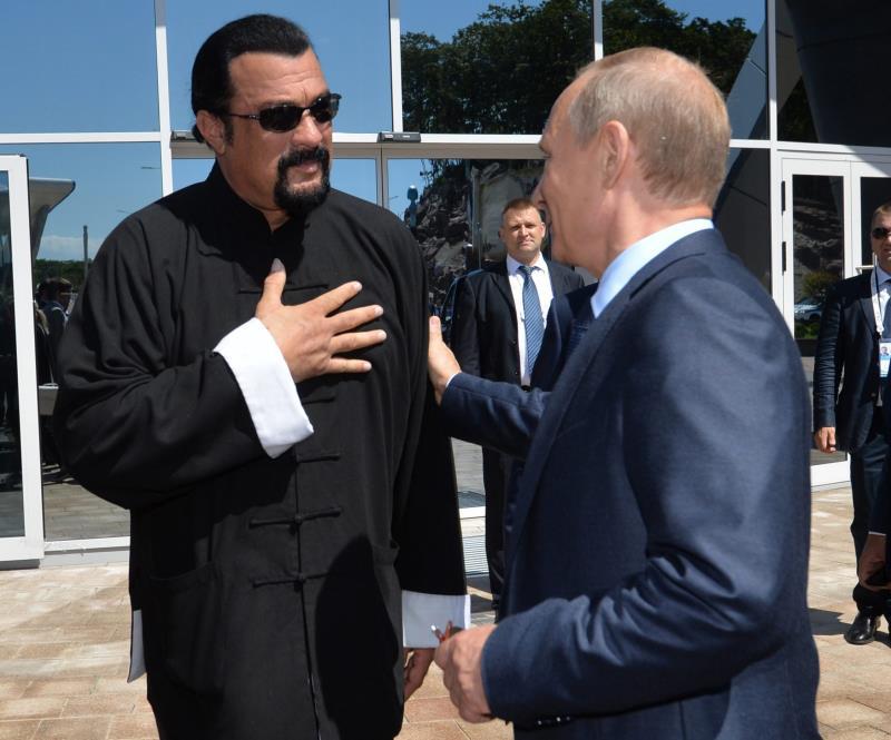 El presidente ruso, Vladímir Putin (dcha) conversa con el actor estadounidense Steven Seagal (izq) durante la visita a un oceanográfico en Russky Island, cerca de Vladivostok (Rusia). Putin concedió en 2016 la ciudadanía rusa al experto en artes marciales, músico actor y productor de cine estadounidense