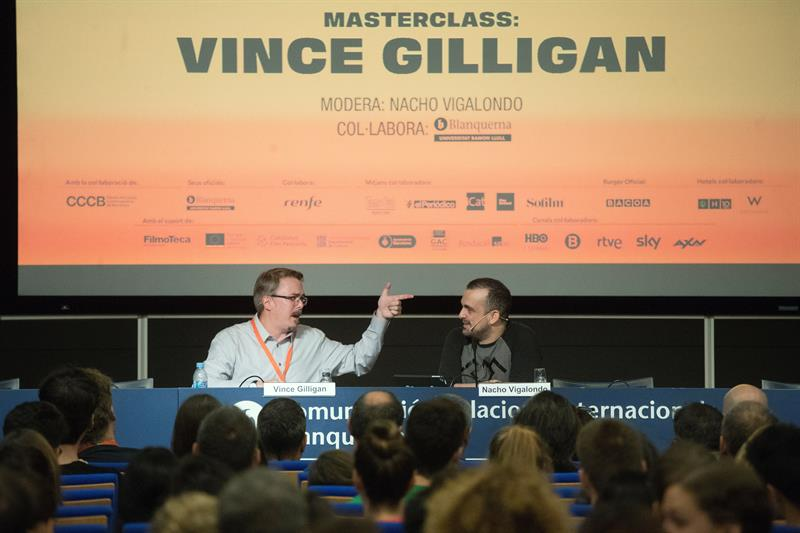 """El creador de la serie Breaking Bad, Vince Gilligan, acompañado del director Nacho Vigalongo (d), durante la Masterclass quer ha impartido dentro del festival """"Serializados"""""""