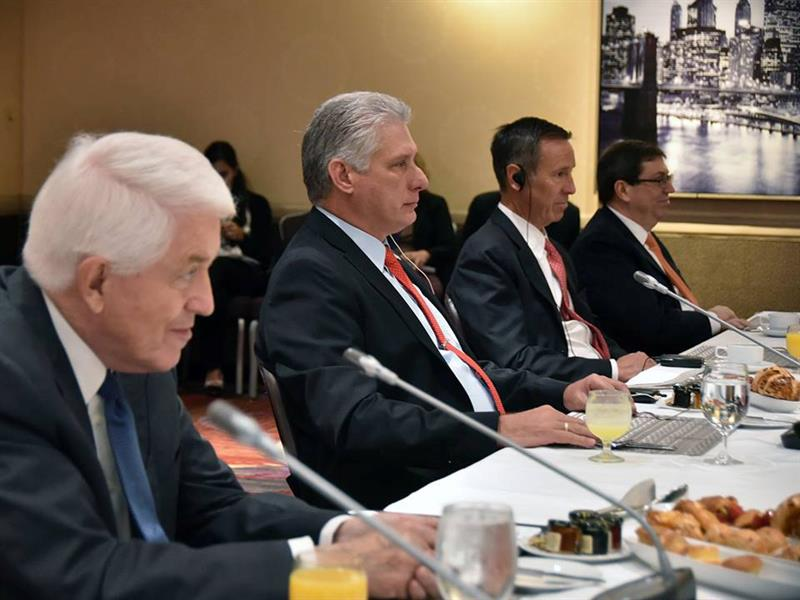 El presidente cubano, Miguel Díaz-Canel (2-i), se reúne con un grupo de altos directivos de la Cámara de Comercio de Estados Unidos y de la industria de viajes de ese país
