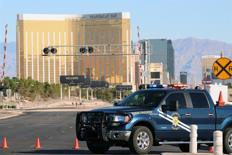 La policía de Las Vegas acordona las inmediaciones de Las Vegas Strip, zona de hoteles, casinos y resorts más grandes del mundo, el 2 de octubre de 2017, en Las Vegas (EE.UU.).