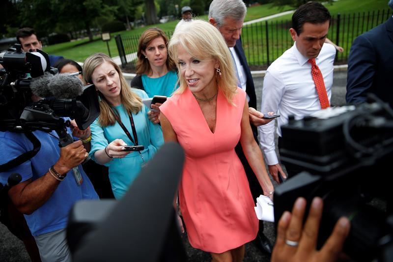 Fotografía tomada el pasado 31 de julio en la uqe se registró a Kellyanne Conway (c), asesora del presidente de Estados Unidos, Donald Trump
