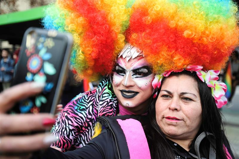 Cerca del 2 % de los habitantes de Chile (de 17,2 millones de habitantes), mayores de edad, se reconocen parte de la diversidad sexual y de género y no se definen heterosexuales.