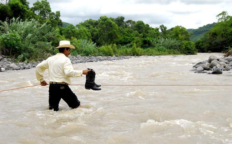 Las autoridades decretaron el estado de alerta en varios estados mexicanos por la cercanía del huracán Rosa, de categoría 1 en la escala Saffir-Simpson, que tocará tierra el lunes en la Península de Baja California, según el pronóstico del Servicio Meteorológico Nacional (SMN).