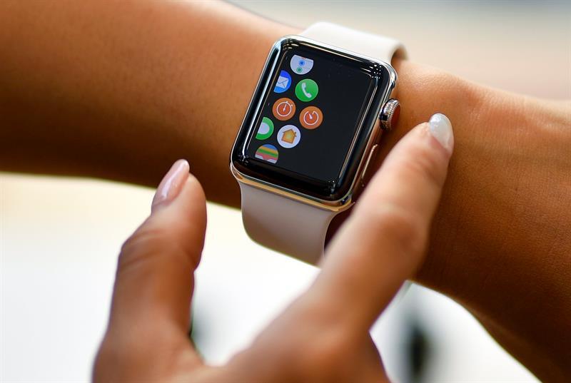 """De este modo, en lugar de tener que llevar la tarjeta física habitual hasta ahora, los estudiantes almacenarán esta forma de identificación en la """"cartera digital"""" de su teléfono o reloj (la """"Apple Wallet"""")."""