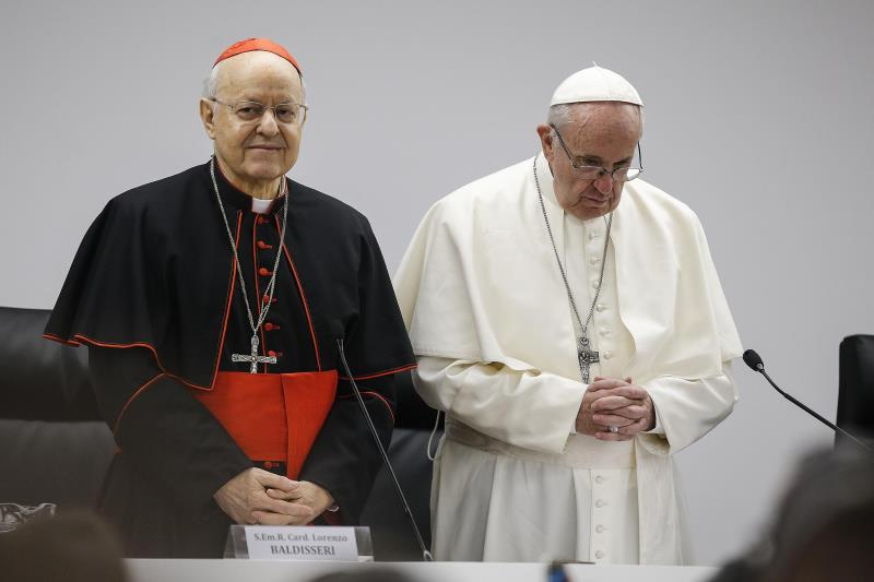El papa Francisco (d) y el cardenal Lorenzo Baldisseri (i) durante un encuentro pre-sinodal con varios jóvenes en el Pontificio Colegio Internacional Maria Mater Ecclesiae en Roma (Italia).