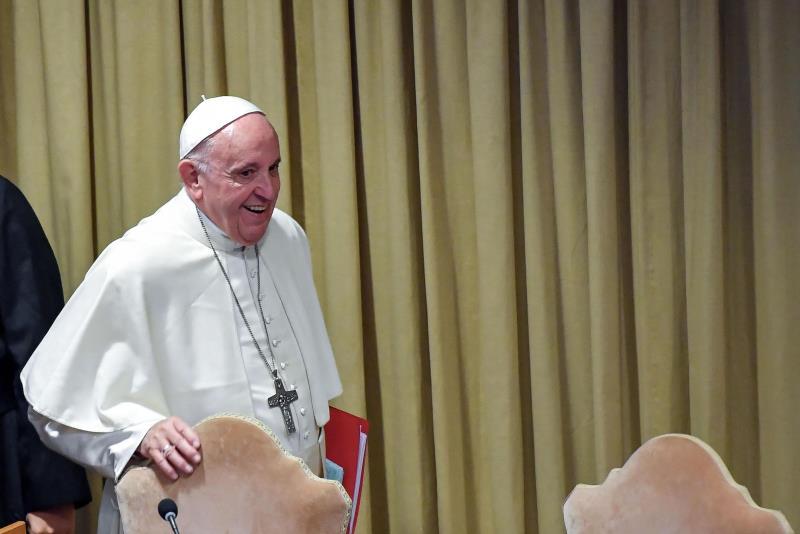 El papa Francisco llega a la reunión del Sínodo celebrada en Ciudad del Vaticano.