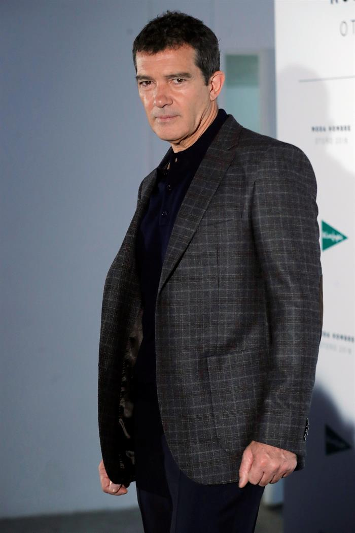El actor español Antonio Banderas posa durante el Photocall con motivo de la presentación de las nuevas colecciones de moda otoño-invierno de un franquicia de moda .