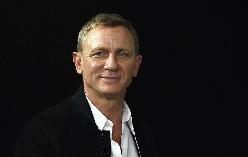 El actor británico Daniel Craig posa durante un pase gráfico de la presentación de una nueva película de James Bond.