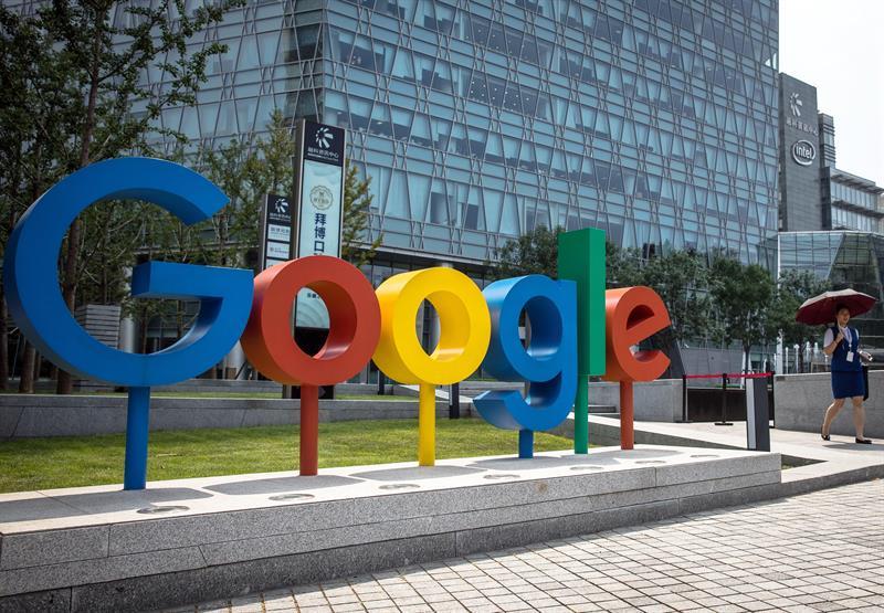 El gigante tecnológico Google anunció ayer el cierre temporal de una de sus plataformas, Google+, por motivos relacionados con errores de seguridad en el acceso a datos privados de usuarios afectados, que podrían ascender hasta el medio millón de cuentas.