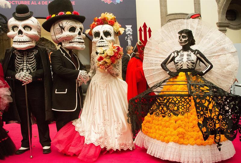 Actores vestidos con trajes de calaveras durante una rueda de prensa hoy, lunes 8 de octubre de 2018, en Ciudad de México (México).