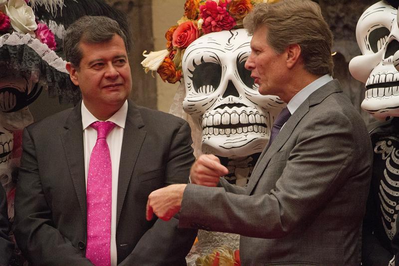 Actores vestidos con trajes de calaveras durante una rueda de prensa hoy, lunes 8 de octubre de 2018, en Ciudad de México .jpg