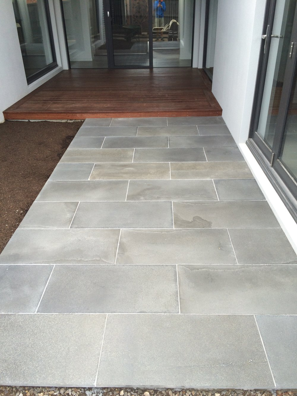 Paving in stretcher bond style