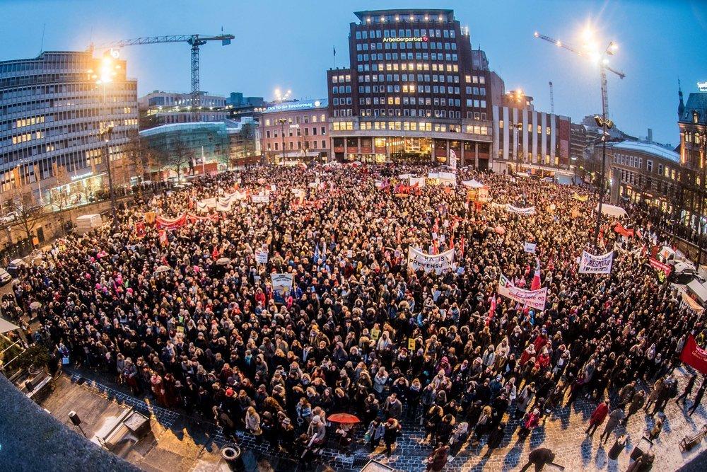 Youngstorget stappfullt med folk, kvinnedagen 2017. Foto: Sara Rose