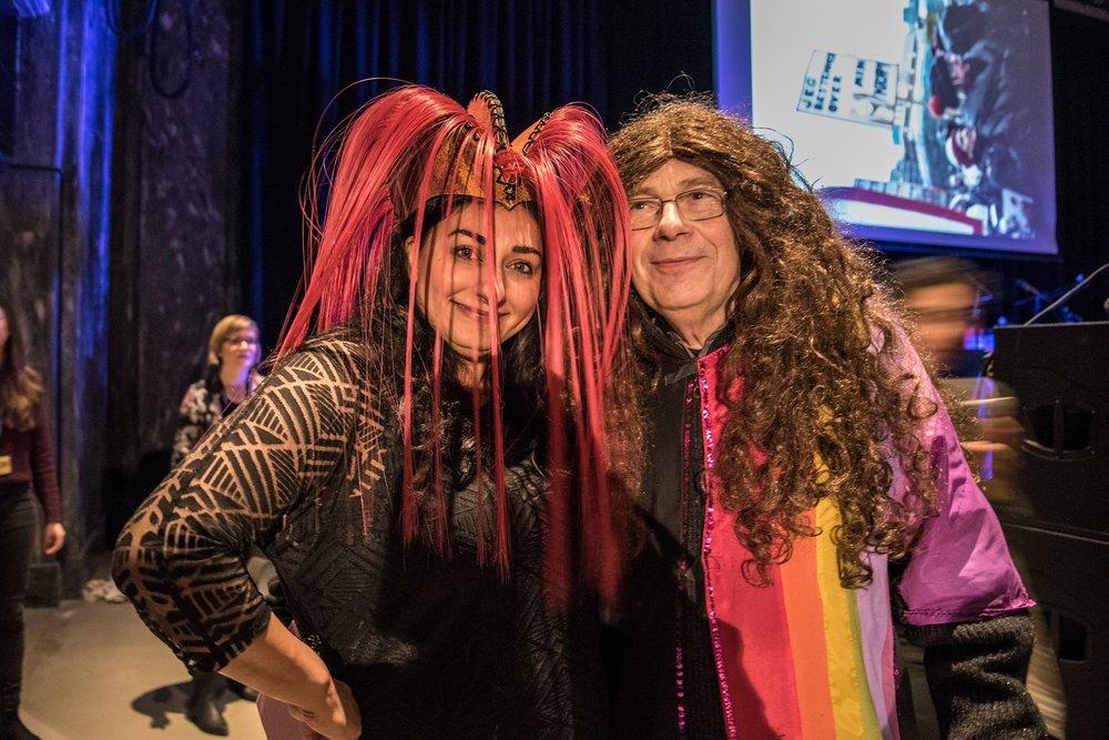 Konferansier Shabana Rehman Gaarder poserer med en publikummer, Ladyfest 2017. Foto: Sara Rose