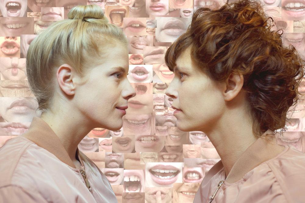Sandra Kolstad og Marianne Stranger ser mot hverandre, med ulike kvinnemunner i bakgrunnen.