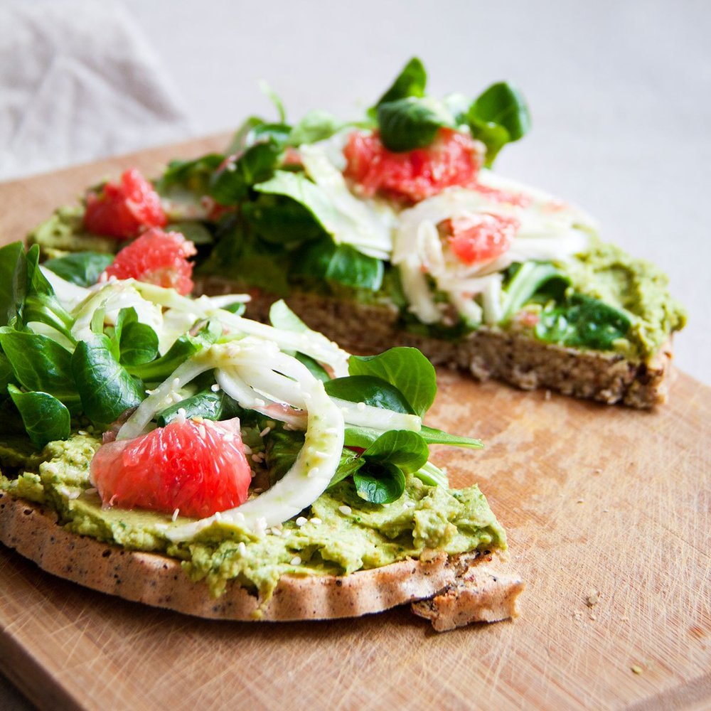 quinoapizza-avocadohummus-grapefruit-vegan-whole-foods-olievrij.jpg