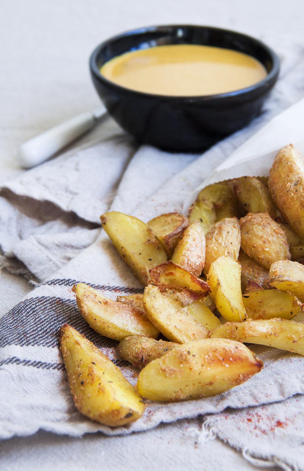 ovengebakken-aardappelpartjes-tahin-kurkumasaus-vegan-whole-foods-olievrij-02.jpg