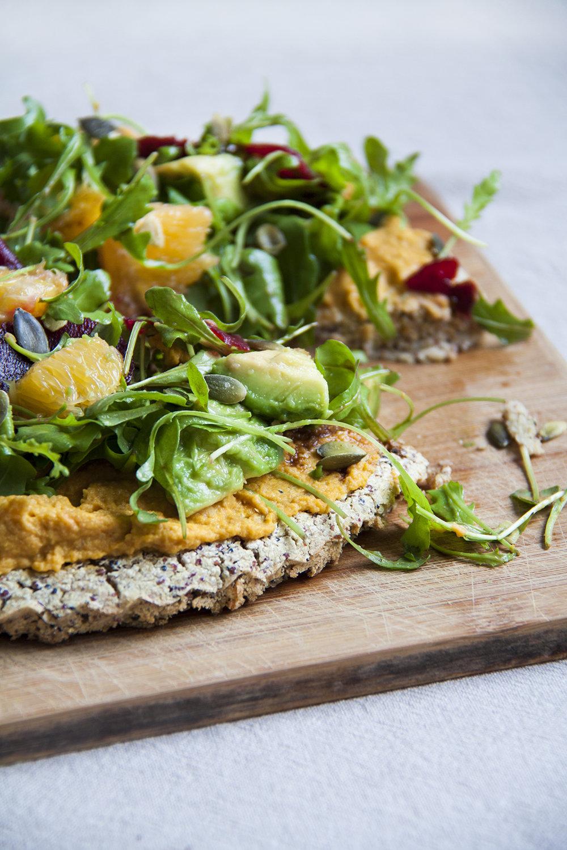 quinoapizza-wortelhummus-sinaasappel-avocado-vegan-whole-foods-olievrij-01.jpg