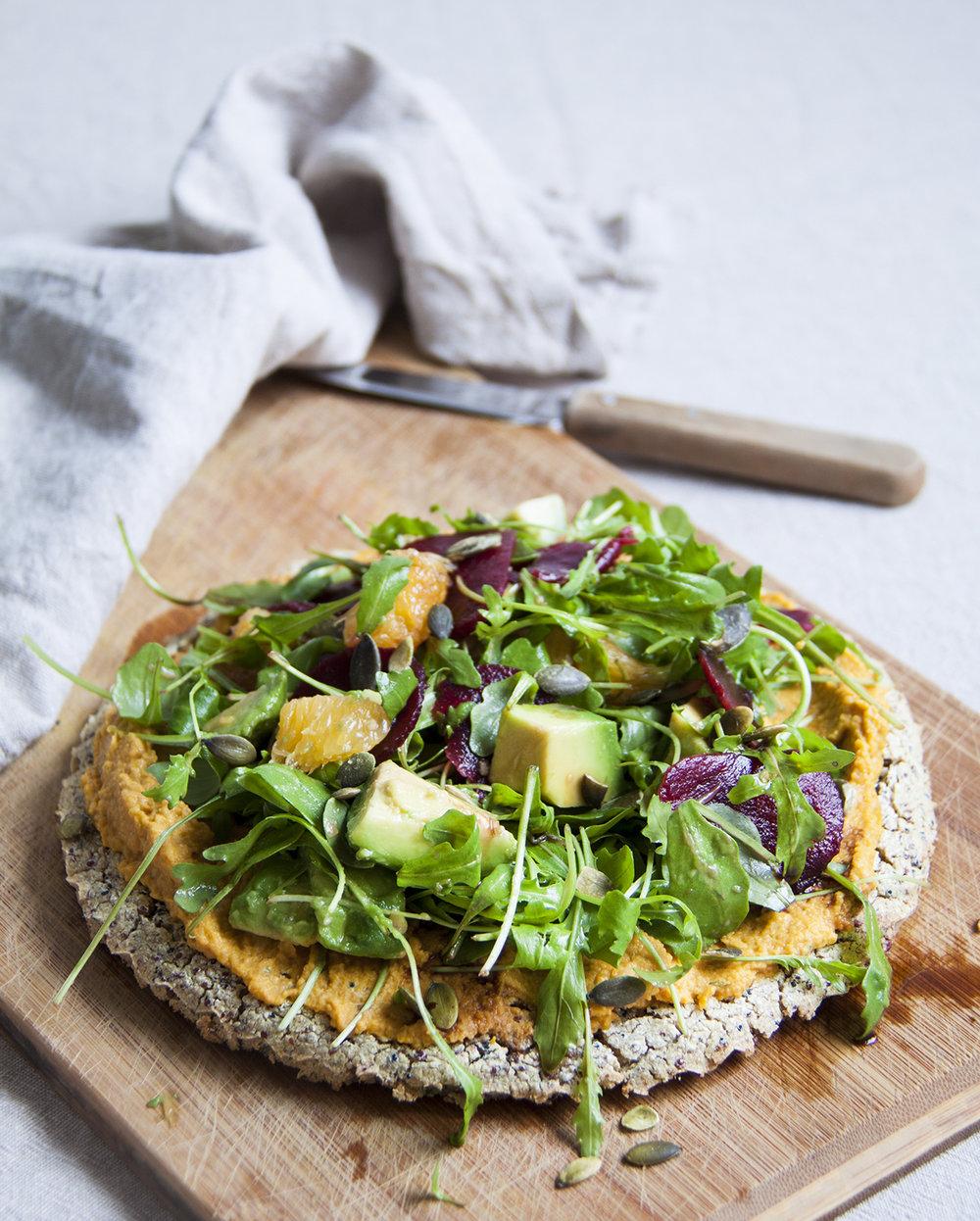 quinoapizza-wortelhummus-sinaasappel-avocado-vegan-whole-foods-olievrij-02.jpg