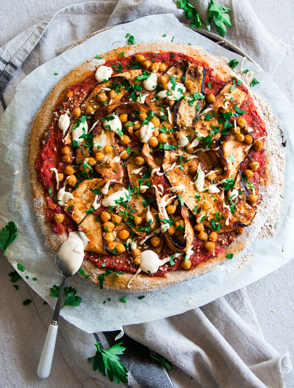 pizza-harissa-aubergines-kruidige-kikkererwten-vegan-whole-foods-olievrij.jpg