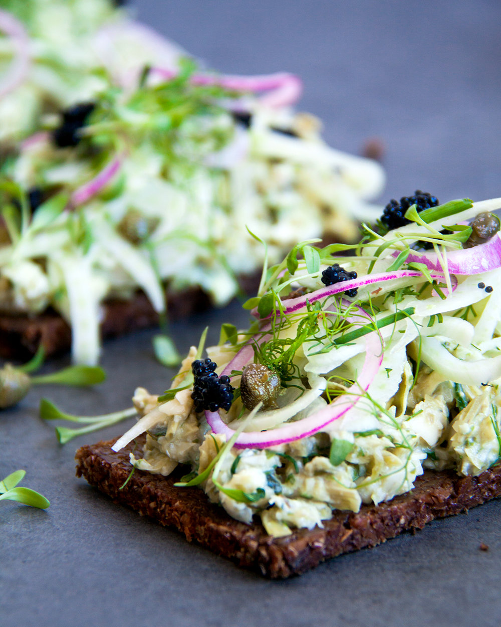 De vegan vissalade smaakt nog beter met knapperige uiringen, plantaardige kaviaar, kappers en kruiden.