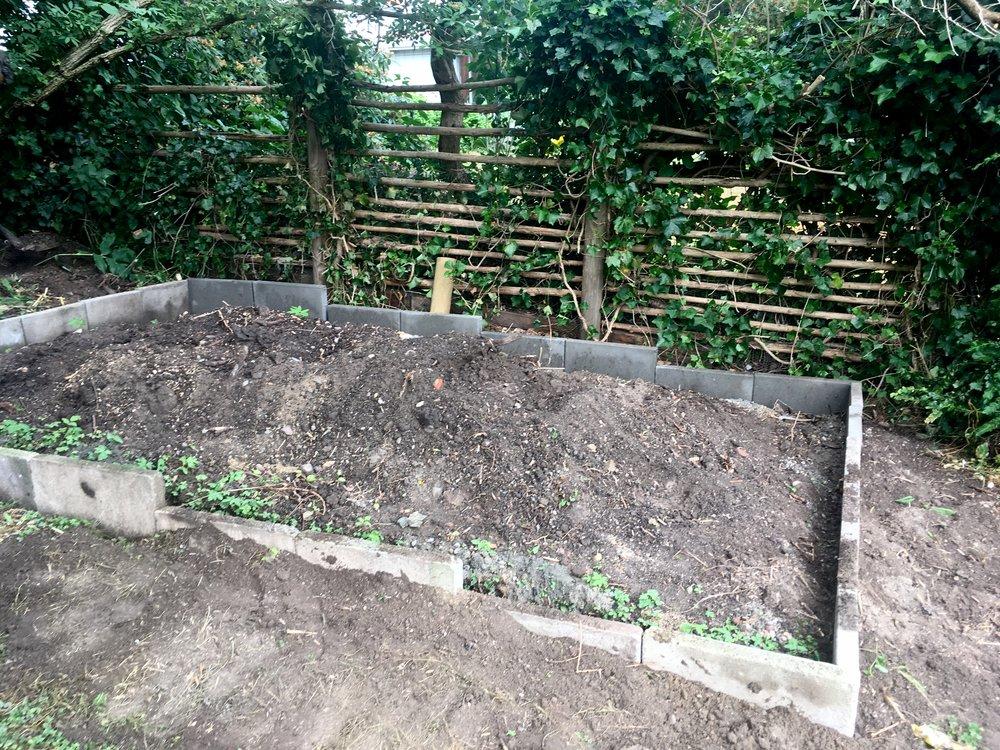 Her er fundamentet til hønsegården. Der bliver lagt volierenet, som er mere fintmasket end hønsenet, i bunden, så ræven og andre ballademagere ikke kan grave sig ind.