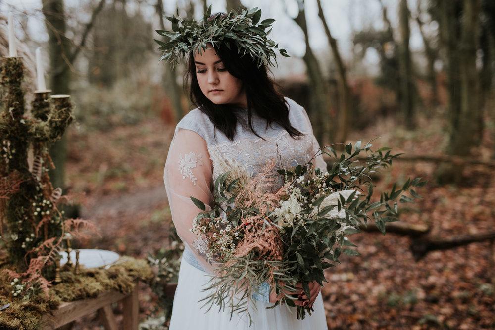 Stylizowana Sesja Ślubna w zimowym lesie AnnabellaPhotography, Fotograf ślubny Nysa (21).jpg